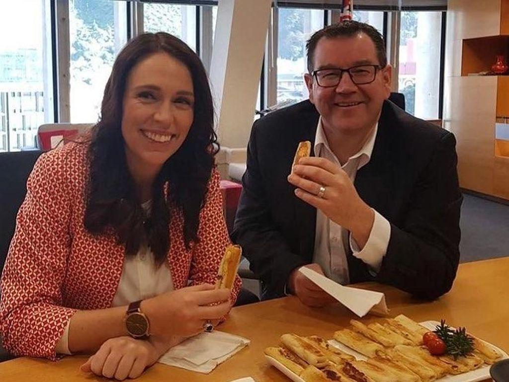 Mendapat Kue, Ini Manisnya Senyum PM Selandia Baru Jacinda Ardern