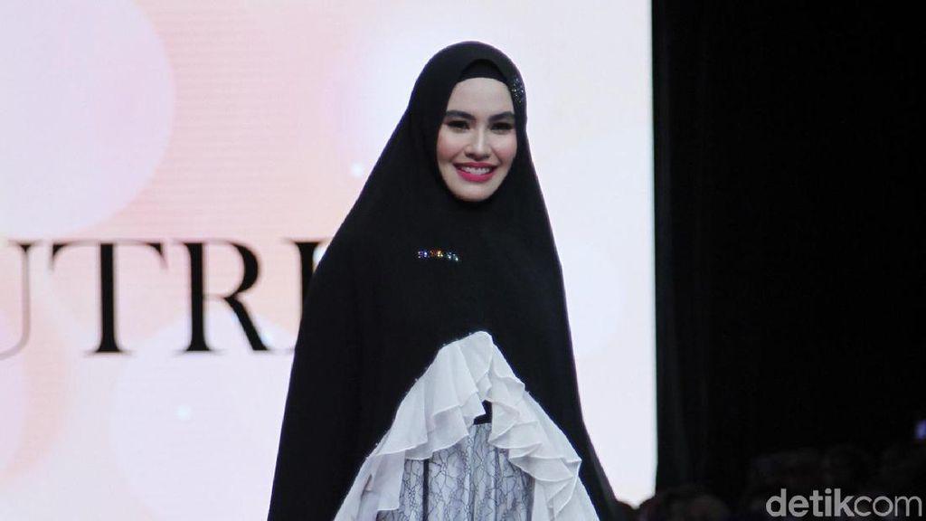 Foto: Kartika Putri hingga Zeezee Shahab Jadi Model Catwalk Baju Syari