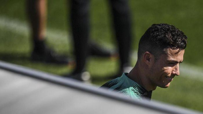 Cristiano Ronaldo adalah sosok yang berbeda di luar lapangan (PATRICIA DE MELO MOREIRA / AFP)