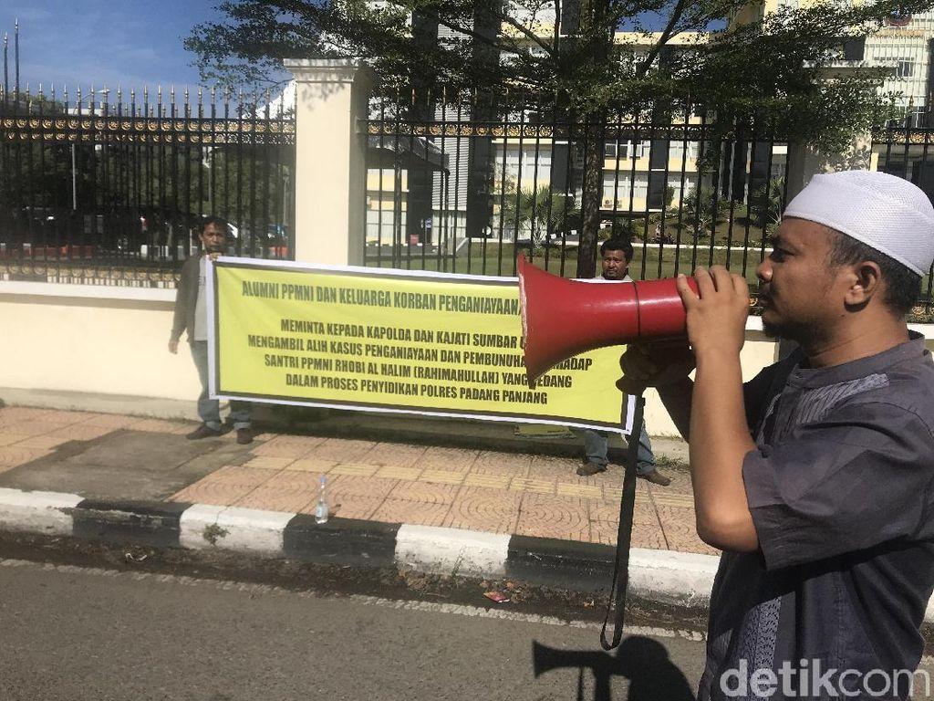 Alumni Ponpes Demo Desak Polisi Tuntaskan Kasus Santri Dikeroyok di Sumbar