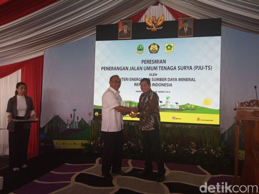 900 Lampu Tenaga Surya Terangi Jalan di Kabupaten Bogor