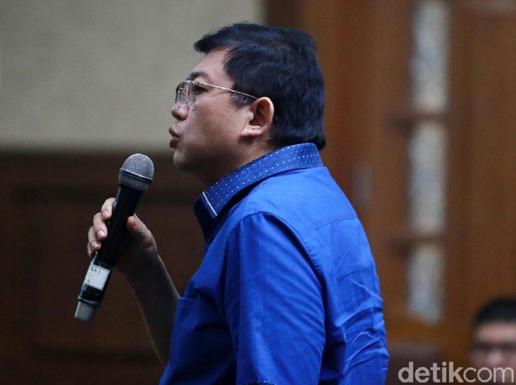 Lucas Akan Tuntut KPK soal Pemblokiran Rekening
