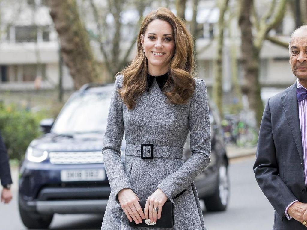 Foto: Saat Putri Kerajaan Dunia Pinjam Baju dari Ibu Mereka