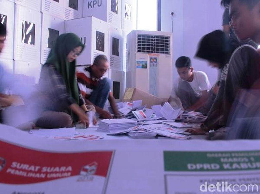 Sortir Kertas Suara Pemilu, KPU Maros Temukan 8.107 Lembar Rusak
