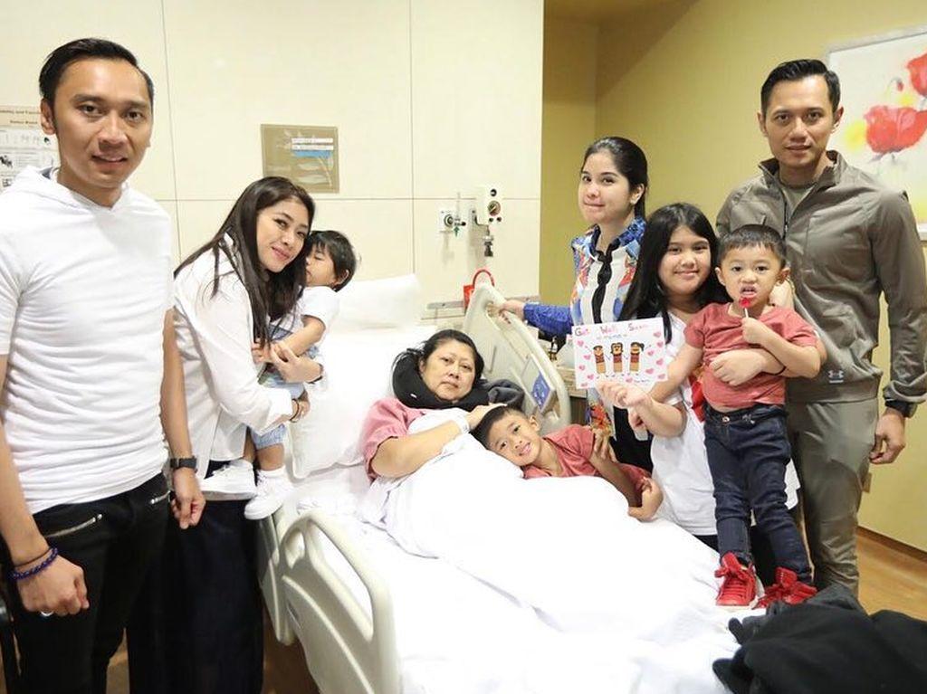 Senyuman Ani Yudhoyono untuk Suami, Anak, dan Menantunya