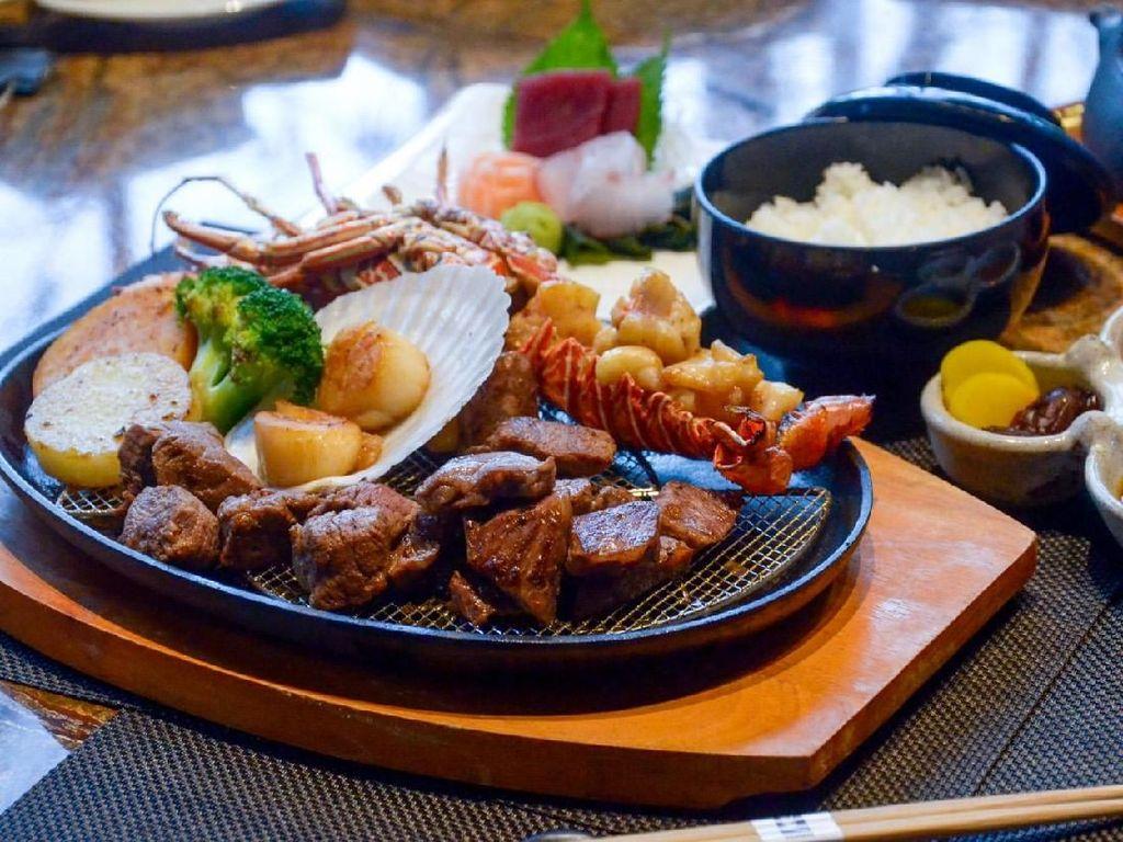Lihat Aksi Seru Chef Memasak Omi Beef di Spring Teppanyaki