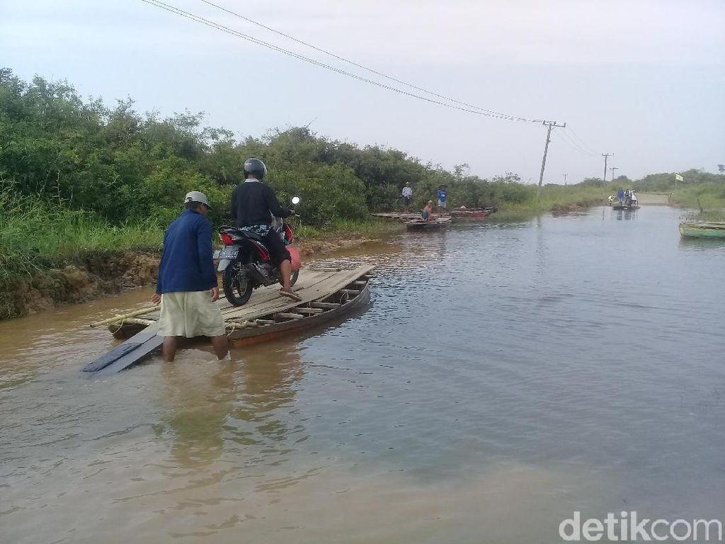 Jalan Penghubung Desa di Jambi Tergenang, Warga Naik Rakit
