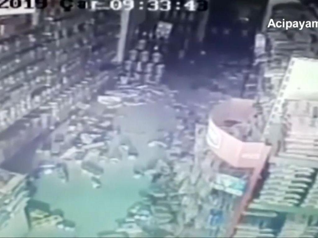 Rekaman CCTV Efek Mengerikan Gempa M 5,6 di Turki