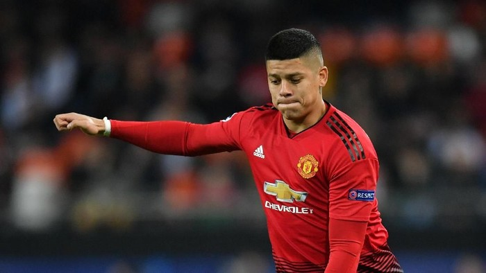 VALENCIA, SPAIN - DECEMBER 12:  Marcos Rojo of Manchester United controls the ball during the UEFA Champions League Group H match between Valencia and Manchester United at Estadio Mestalla on December 12, 2018 in Valencia, Spain. (Photo by Dan Mullan/Getty Images)