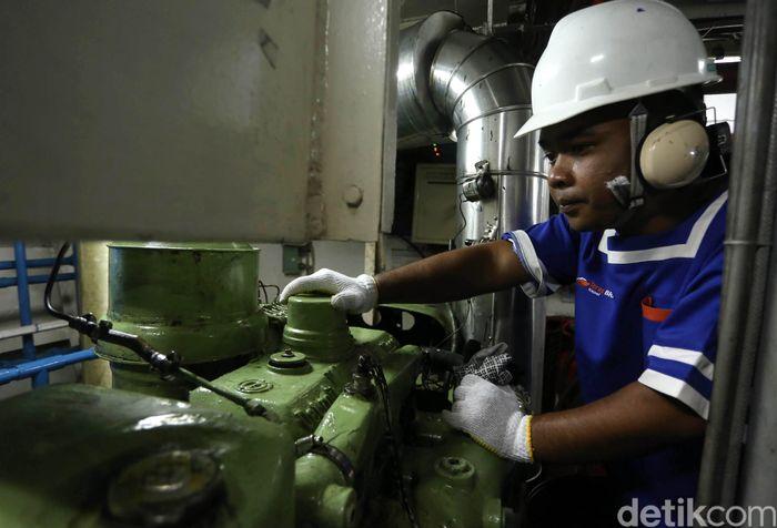 Indra pun mengajak tim detikfinance berkeliling sembari menjelaskan tiap-tiap ruang di kapal berikut dengan fungsinya. Di bagian dek bawah ada kamar kru kapal yang bersebelahan dengan ruang makan dan dapur.