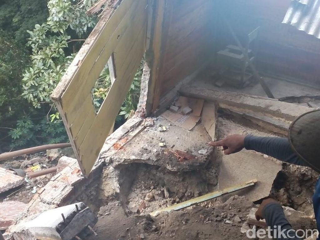 Dua Rumah di Blora Longsor Usai Hujan Deras
