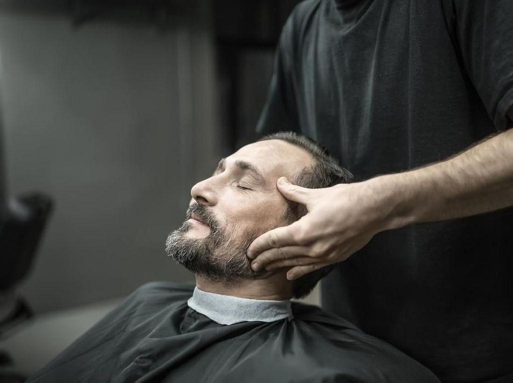 Pijat dan Menghentak Leher Usai Cukur Rambut, Enak atau Menyeramkan?