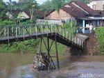 Jembatan di Jombang Ambruk karena Banjir, Anak Sekolah Harus Berputar 1 Km