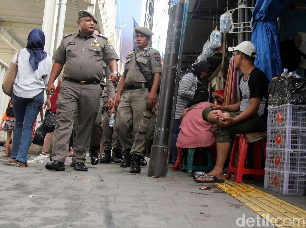 Aksi Satpol PP Tindak PKL Nakal di Trotoar Tanah Abang