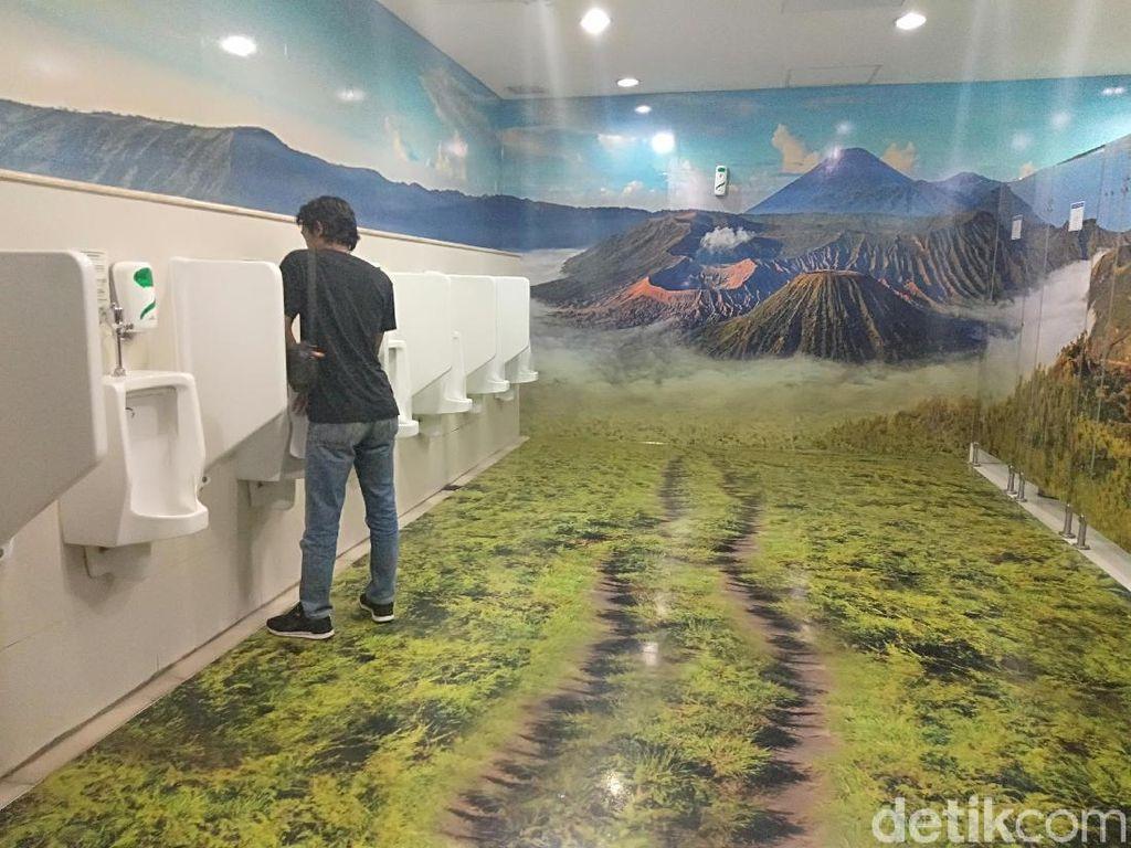 Unik! Ada Nuansa Bromo, Toilet Bandara Juanda Jadi Spot Foto