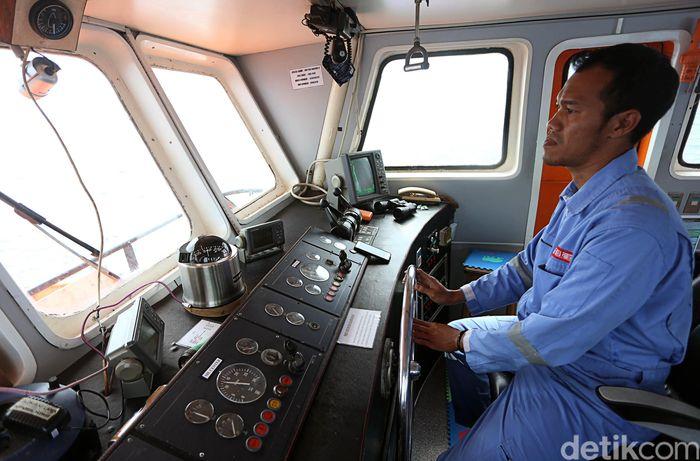 Menurut pemimpin kapal, Indra Asmara Yudha, kru Kapal Bahtera Seva III ini terdiri atas kru mesin, masinis, mualim dan segenap kru lainnya yang bahu membahu mengoperasionalkan kapal ini untuk melayani masyarakat di kepulauan Halmahera Selatan.