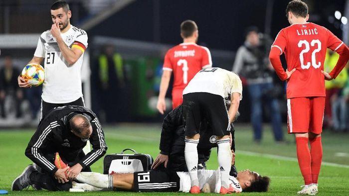 Leroy Sane mendapat tekel brutal dari pemain Serbia, Milan Pavkov, saat memperkuat timnas Jerman (Foto: Fabian Bimmer/Reuters)