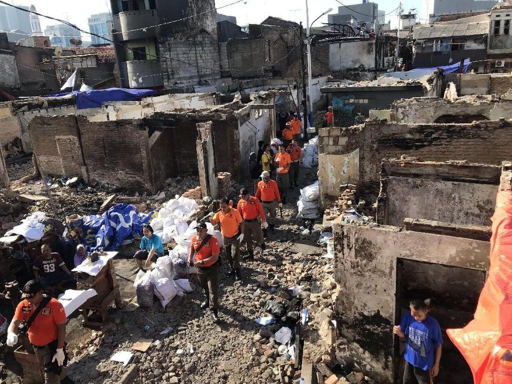 Sampah dan Puing-puing Sisa Kebakaran Krukut Jakbar Terus Dibersihkan