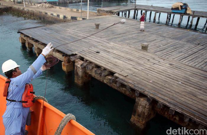 Terkait keselamatan, Indra pun menjamin semua sarana untuk keselamatan tersedia di Kapal Bahtera Seva III, seperti fiber boat dan pelampung. Ada pula alat pemadam kebaran yang ditempel di tiap sudut kapal.