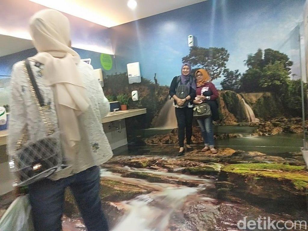 Warga Malaysia ini Penasaran dengan Cantiknya Toilet Bandara Juanda