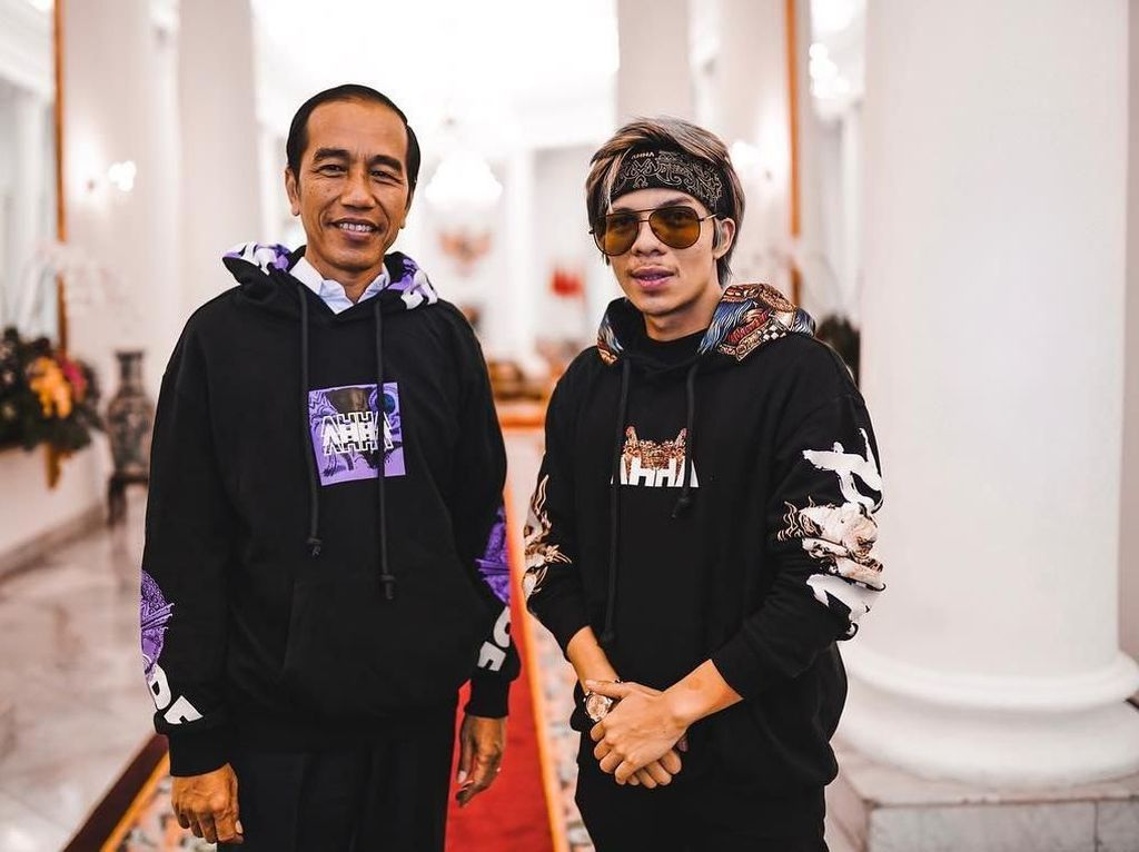 Atta Kasih Hoodie Wayang, Jokowi Angkat Jadi Anak?