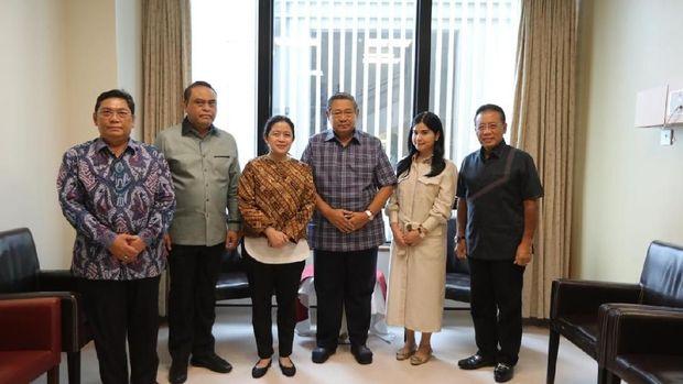 Menko PMK Puan Maharani menjenguk Ani Yudhoyono di Singapura.