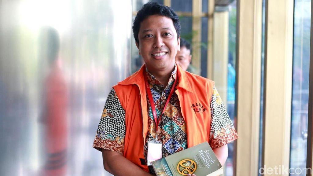 Diperiksa KPK, Rommy Cengengesan Sambil Bawa Buku Sejarah Nabi