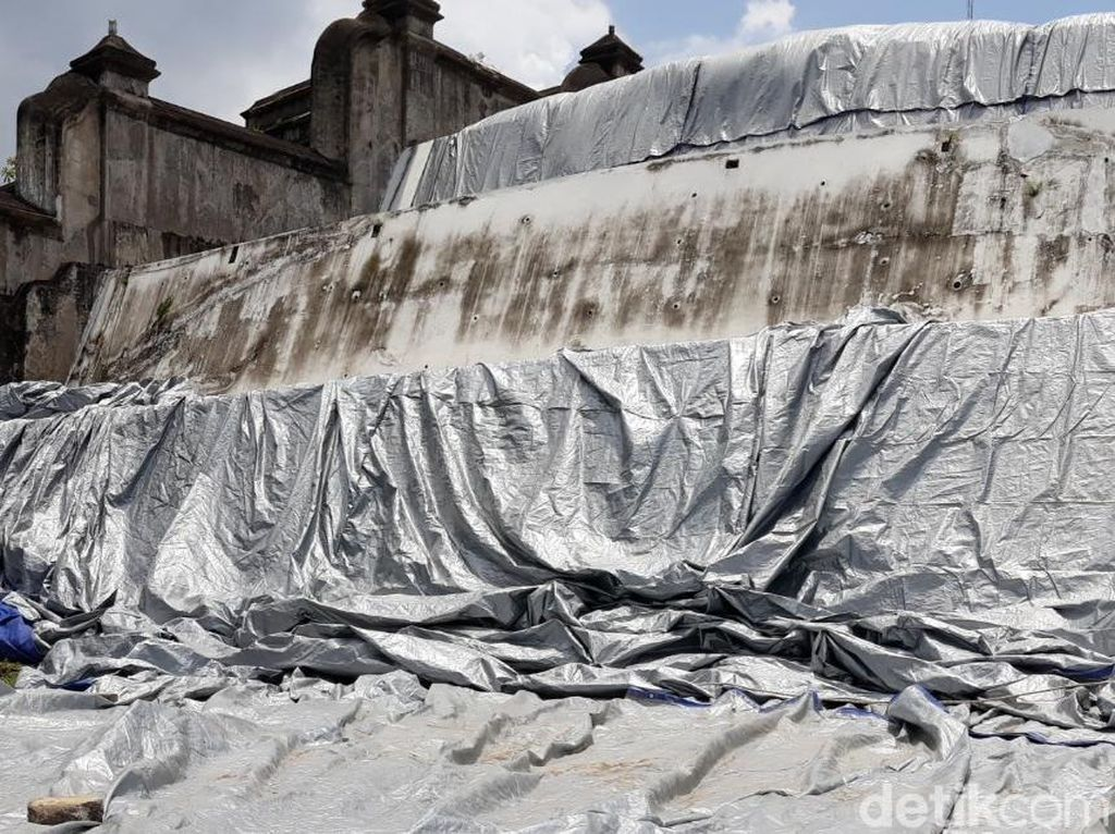 Pemasangan Terpal di Bangunan Calon Makam HB X Dilanjutkan