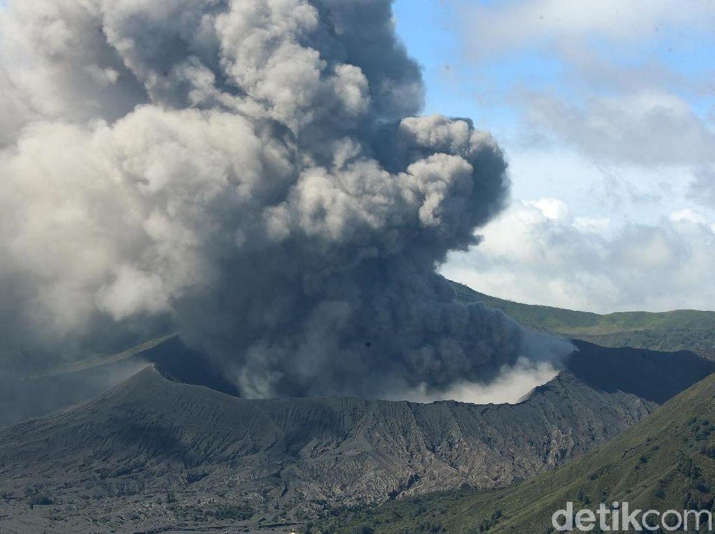 Kondisi Terkini Gunung Bromo yang Terus Semburkan Abu