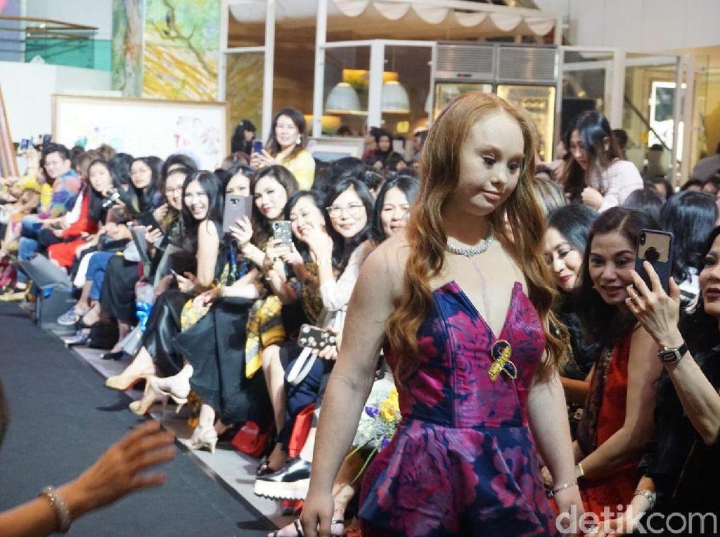 Aksi Madeline Stuart, Model Down Syndrome Pertama, Fashion Show Alleira Batik