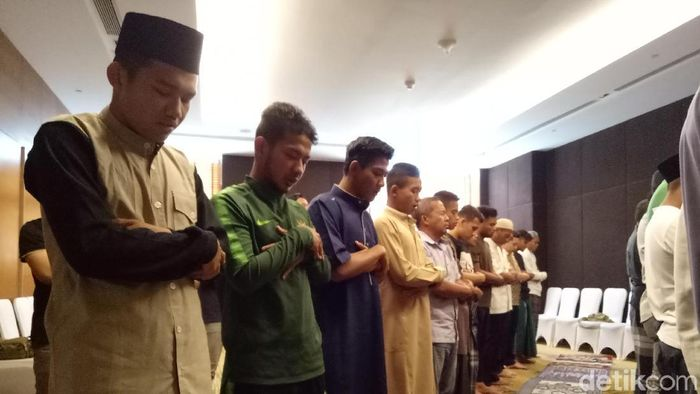 Timnas Indonesia menunaikan salat Jumat di hotel. (Randy Prasatya/detikSport)
