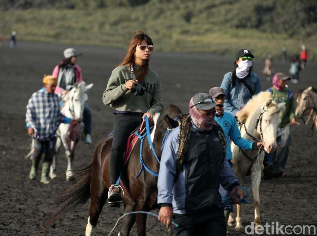 Erupsi Gunung Bromo Tak Surutkan Kunjungan Wisatawan