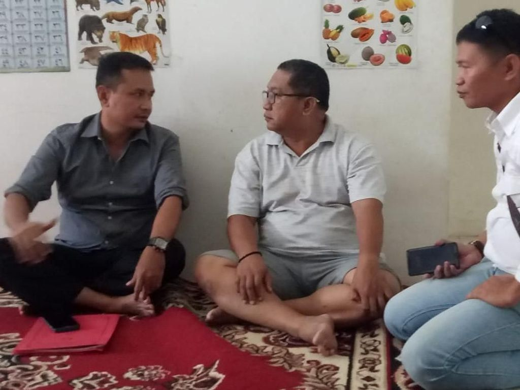 Pakai Celana Pendek, Koruptor Ini Ditangkap Lagi Santai di Rumahnya