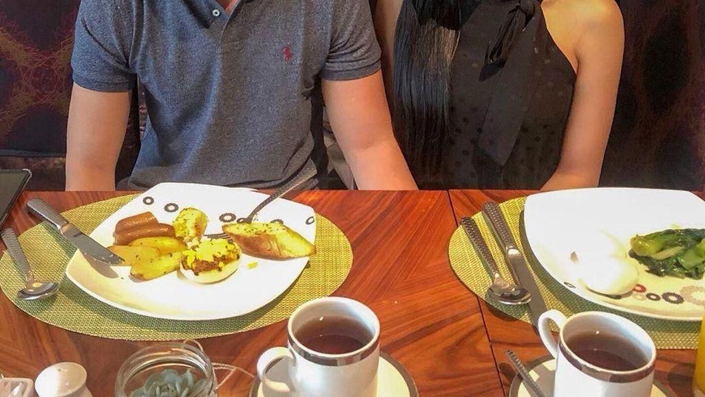 Kemesraan Lucinta Luna dan Pria yang Diklaim Suaminya Terlihat Saat Kulineran