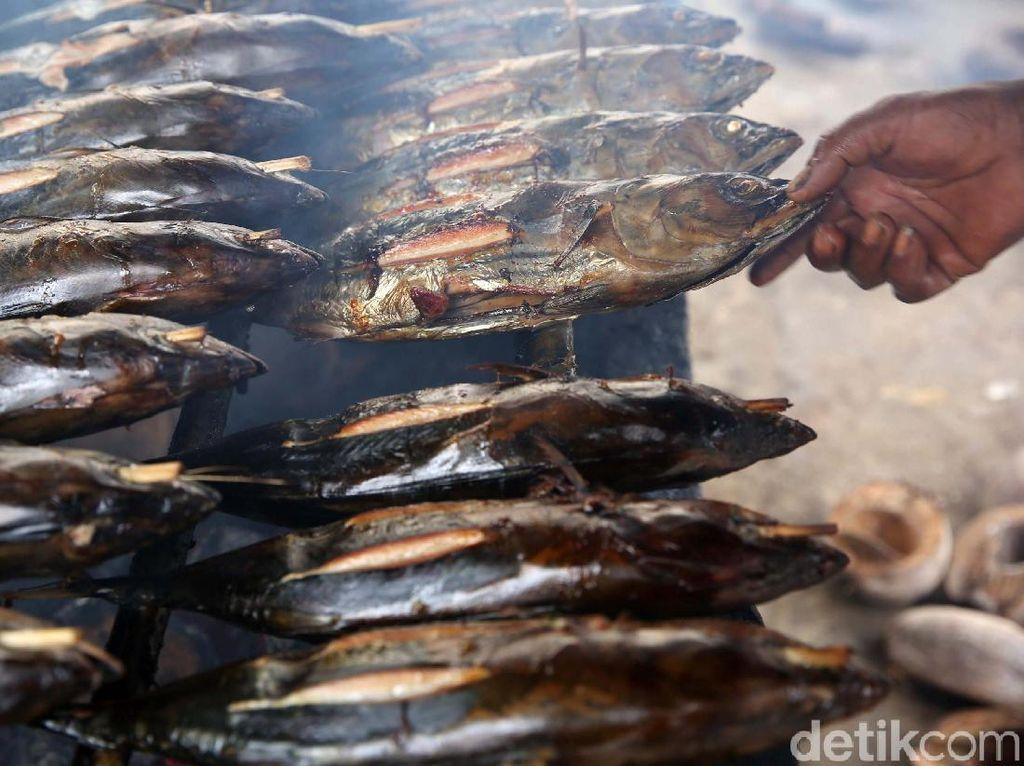 Melihat Pembuatan Ikan Asap di Halmahera Selatan
