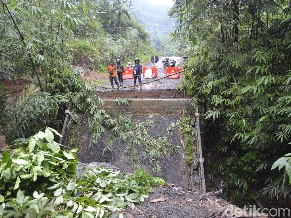 Fondasi Tergerus Banjir, Badan Jembatan Werdi di Pekalongan Patah