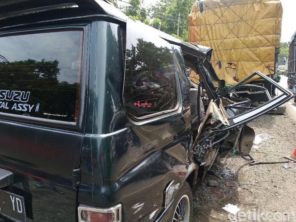 MPV Tabrak Truk Parkir di Probolinggo, 6 Orang Tewas 5 Kritis