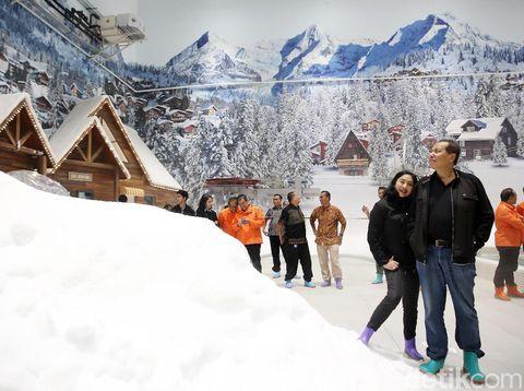Chairul Tanjung dan istri saat meninjau Trans Snow World Juanda/