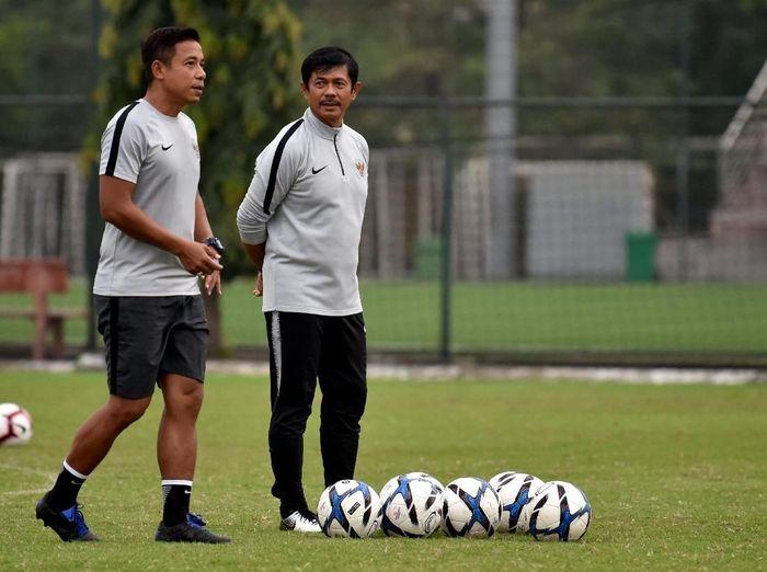 Pelatih Timnas Indonesia U-23, Indra Sjafri, membiasakan anak asuhnya bermain di lapangan sintetis. (Foto: R. Rekotomo/Antara)