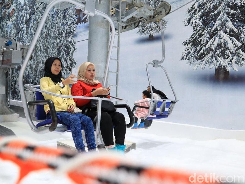 Yuk ke Trans Snow World dan Coba Naik Ski Lift Ala Negara Bersalju