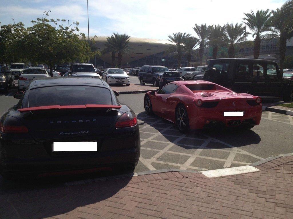 Parkiran Kampus di Dubai Bak Showroom Rolls-Royce cs