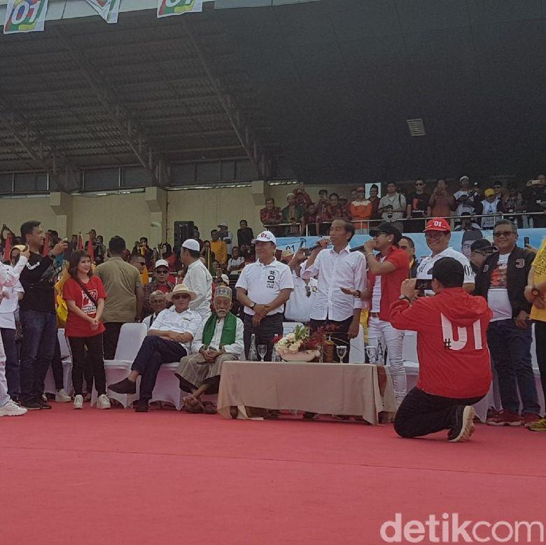 Ubah Lirik Lagu Radja, Jokowi: Kamu Harus Pilih Nomor Satu
