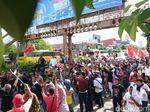 Naik Kereta Kuda, Jokowi Sapa Pendukung di Serang