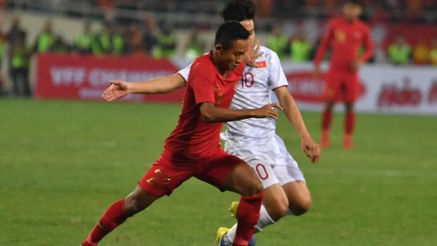 Pesepakbola Timnas Indonesia U-23 Sani Riski Fauzi (kiri) berupaya melewati pesepakbolatimnas U-23 Vietnam Truong Van Thay Qui (kanan).