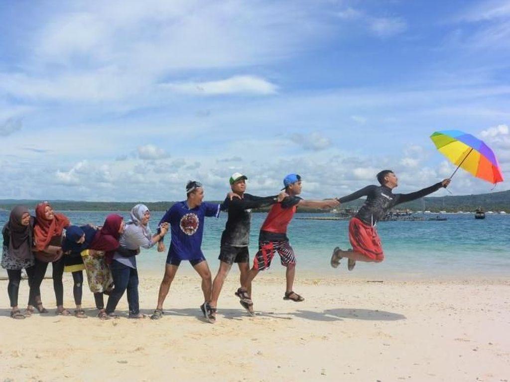 Orang Terbang Tertiup Angin di Ujung Kulon