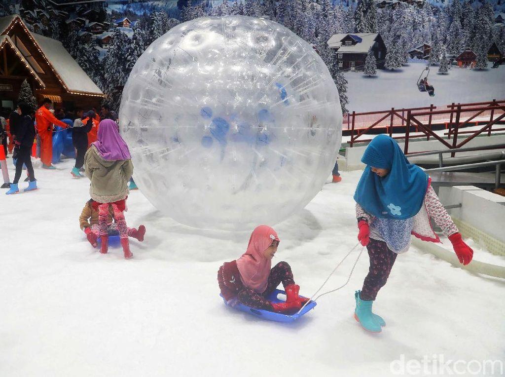 Serunya Meluncur dalam Bola Raksasa di Bukit Transpark Snow World
