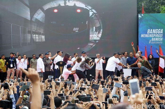 Presiden Jokowi menekan tombol sirine sebagai tanda beroperasinya MRT Jakarta Fase I Lebak Bulus-Bundaran HI, Minggu (24/3/2019).