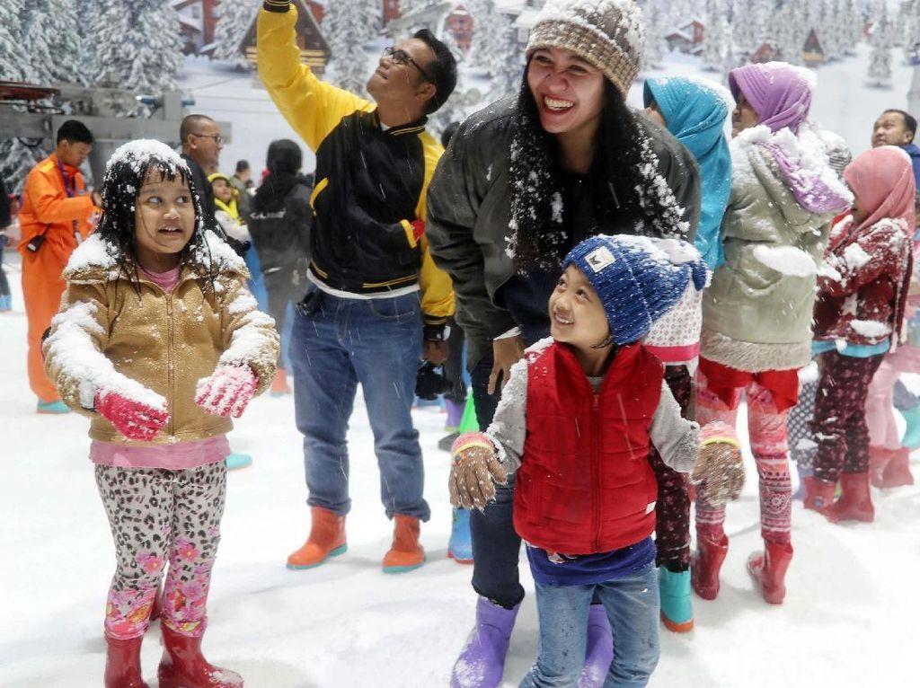Foto Meriah Pembukaan Trans Snow World Juanda di Bekasi
