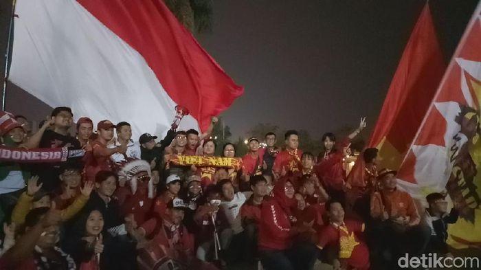 Suporter Indonesia dan Vietnam berbaur di luar stadion. (Randy Prasatya/detikSport)