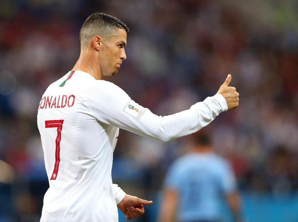 Ronaldo Candai Fans yang Minta Tanda Tangan di Jersey Real Madrid